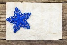 Abstraktes Hintergrundmuster der weißen Sterne auf dunkelroter Auslegung Leeres altes Papierblatt mit Stockfoto