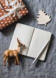 Abstraktes Hintergrundmuster der weißen Sterne auf dunkelroter Auslegung Leeres Notizbuch, handgemachte Geschenkbox, Weihnachtsde Stockbilder