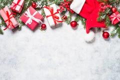 Abstraktes Hintergrundmuster der weißen Sterne auf dunkelroter Auslegung mit Tannenbaum, -geschenk und -dekorationen Lizenzfreie Stockbilder