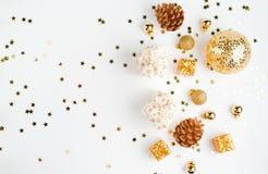 Abstraktes Hintergrundmuster der weißen Sterne auf dunkelroter Auslegung Modellweihnachten Draufsicht- und Goldweihnachtseinzelte stockfotografie