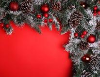 Abstraktes Hintergrundmuster der weißen Sterne auf dunkelroter Auslegung Niederlassung des Weihnachtsbaums mit Kiefernkegeln Stockfotos