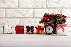 Abstraktes Hintergrundmuster der weißen Sterne auf dunkelroter Auslegung Passen Sie die Kerze und den Weihnachtsbaum auf einem Ho Lizenzfreie Stockbilder