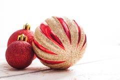 Abstraktes Hintergrundmuster der weißen Sterne auf dunkelroter Auslegung Rosa Weihnachtsverzierungen auf einem Weiß hölzern Lizenzfreie Stockbilder