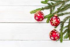 Abstraktes Hintergrundmuster der weißen Sterne auf dunkelroter Auslegung Rote Weihnachtsbälle, die an einem Weihnachten hängen Lizenzfreies Stockbild