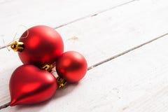 Abstraktes Hintergrundmuster der weißen Sterne auf dunkelroter Auslegung rote Weihnachtsverzierungen auf einem Weiß hölzern Stockfotos