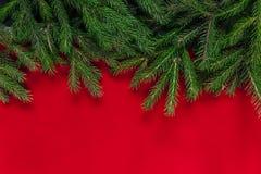 Abstraktes Hintergrundmuster der weißen Sterne auf dunkelroter Auslegung Roter Hintergrund Wirklicher Baum Lizenzfreie Stockbilder