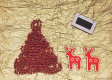 Abstraktes Hintergrundmuster der weißen Sterne auf dunkelroter Auslegung Roter Weihnachtsbaum, Weihnachtsrotwild Stockfoto