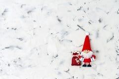 Abstraktes Hintergrundmuster der weißen Sterne auf dunkelroter Auslegung Sankt auf weißem Hintergrund Weihnachtsmann auf einem Sc Stockbilder