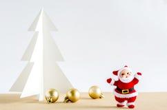 Abstraktes Hintergrundmuster der weißen Sterne auf dunkelroter Auslegung Santa Claus, goldene Bälle und Weihnachten tr Lizenzfreies Stockbild