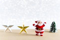 Abstraktes Hintergrundmuster der weißen Sterne auf dunkelroter Auslegung Santa Claus, Stern, Weihnachtsbaum Stockbild