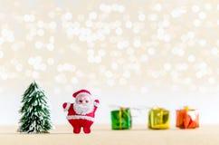 Abstraktes Hintergrundmuster der weißen Sterne auf dunkelroter Auslegung Santa Claus, Weihnachtsbaum und Geschenk boxe Lizenzfreie Stockfotografie