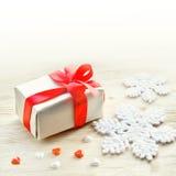 Abstraktes Hintergrundmuster der weißen Sterne auf dunkelroter Auslegung Schneeflocke, Geschenk und Herz Stockfotografie