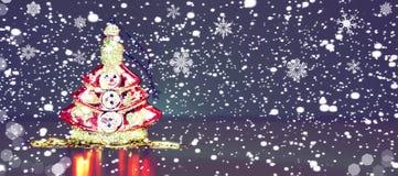 Abstraktes Hintergrundmuster der weißen Sterne auf dunkelroter Auslegung Toy Christmas-Baum mit Schneefällen nachts Weihnachts Wi Stockfoto