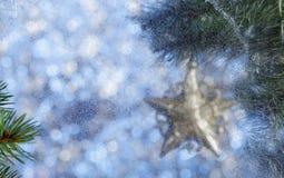 Abstraktes Hintergrundmuster der weißen Sterne auf dunkelroter Auslegung Unscharfer Hintergrund Eisiges Muster auf Stockfoto