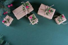 Abstraktes Hintergrundmuster der weißen Sterne auf dunkelroter Auslegung Verpackungsgeschenke im beige Kraftpapier der Weinlese u Lizenzfreies Stockfoto