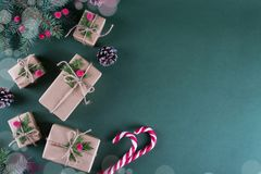 Abstraktes Hintergrundmuster der weißen Sterne auf dunkelroter Auslegung Verpackungsgeschenke im beige Kraftpapier der Weinlese u Stockfoto