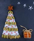 Abstraktes Hintergrundmuster der weißen Sterne auf dunkelroter Auslegung Verschiedener Gewürzhintergrund Weihnachtsbaum von Gewür Stockfotografie