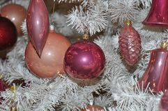 Abstraktes Hintergrundmuster der weißen Sterne auf dunkelroter Auslegung Verzierter Weihnachtsbaum Bälle, Lametta, La Stockfotografie