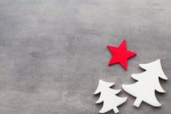 Abstraktes Hintergrundmuster der weißen Sterne auf dunkelroter Auslegung Weiße Baumdekorationen auf einem grauen backgroun Lizenzfreie Stockfotografie