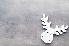 Abstraktes Hintergrundmuster der weißen Sterne auf dunkelroter Auslegung Weiße Baumdekorationen auf einem grauen backgroun Lizenzfreie Stockfotos