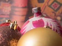 Abstraktes Hintergrundmuster der weißen Sterne auf dunkelroter Auslegung Weihnachten farbige Ballnahaufnahme Stockfotografie