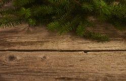 Abstraktes Hintergrundmuster der weißen Sterne auf dunkelroter Auslegung Weihnachtsbaum über hölzernem Brett Design m Stockfotos