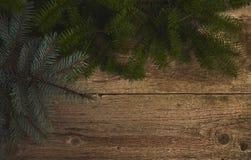 Abstraktes Hintergrundmuster der weißen Sterne auf dunkelroter Auslegung Weihnachtsbaum über hölzernem Brett Design m Stockbilder