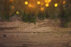 Abstraktes Hintergrundmuster der weißen Sterne auf dunkelroter Auslegung Weihnachtsbaum über hölzernem Brett Design m Stockfotografie