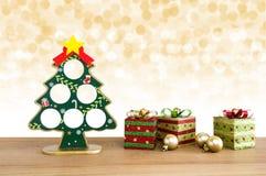 Abstraktes Hintergrundmuster der weißen Sterne auf dunkelroter Auslegung Weihnachtsbaum, goldene Bälle und Geschenk boxe Lizenzfreie Stockbilder
