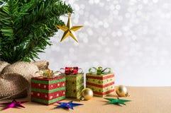 Abstraktes Hintergrundmuster der weißen Sterne auf dunkelroter Auslegung Weihnachtsbaum, goldene Bälle und Geschenkboxen Lizenzfreie Stockbilder