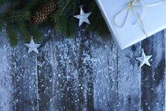 Abstraktes Hintergrundmuster der weißen Sterne auf dunkelroter Auslegung Weihnachtsbaum, Kiefernkegel, Sterne, Geschenk BO Stockbilder