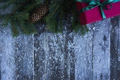 Abstraktes Hintergrundmuster der weißen Sterne auf dunkelroter Auslegung Weihnachtsbaum, Kiefernkegel, Geschenkbox und s Stockbilder