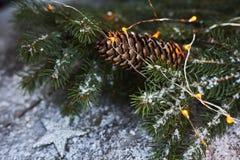 Abstraktes Hintergrundmuster der weißen Sterne auf dunkelroter Auslegung Weihnachtsbaum, Kiefernkegel und Schnee über w Stockfoto