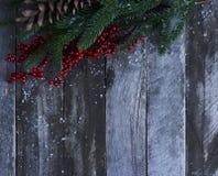 Abstraktes Hintergrundmuster der weißen Sterne auf dunkelroter Auslegung Weihnachtsbaum, Kiefernkegel und Schnee über w Stockbild