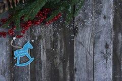 Abstraktes Hintergrundmuster der weißen Sterne auf dunkelroter Auslegung Weihnachtsbaum, Kiefernkegel und Schnee über w Stockbilder