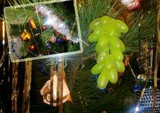 Abstraktes Hintergrundmuster der weißen Sterne auf dunkelroter Auslegung Weihnachtsbaum mit Dekorationen, Girlande Lizenzfreie Stockfotos