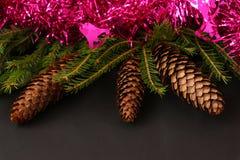 Abstraktes Hintergrundmuster der weißen Sterne auf dunkelroter Auslegung Weihnachtsbaum mit Tannenzapfen Lizenzfreie Stockfotos