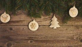 Abstraktes Hintergrundmuster der weißen Sterne auf dunkelroter Auslegung Weihnachtsbaum und Dekoration über hölzernem Lizenzfreie Stockbilder