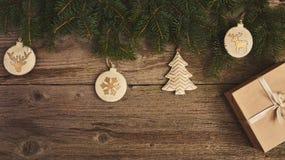 Abstraktes Hintergrundmuster der weißen Sterne auf dunkelroter Auslegung Weihnachtsbaum und Dekoration über hölzernem Stockfotos