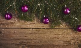 Abstraktes Hintergrundmuster der weißen Sterne auf dunkelroter Auslegung Weihnachtsbaum und Dekoration über hölzernem Lizenzfreies Stockfoto