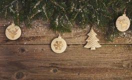 Abstraktes Hintergrundmuster der weißen Sterne auf dunkelroter Auslegung Weihnachtsbaum und Dekoration über hölzernem Lizenzfreies Stockbild