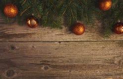 Abstraktes Hintergrundmuster der weißen Sterne auf dunkelroter Auslegung Weihnachtsbaum und Dekoration über hölzernem Lizenzfreie Stockfotografie