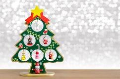 Abstraktes Hintergrundmuster der weißen Sterne auf dunkelroter Auslegung Weihnachtsbaum und goldene Bälle Stockbilder