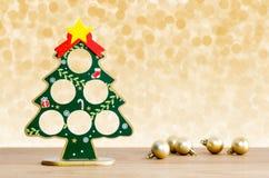 Abstraktes Hintergrundmuster der weißen Sterne auf dunkelroter Auslegung Weihnachtsbaum und goldene Bälle Stockfoto
