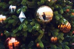 Abstraktes Hintergrundmuster der weißen Sterne auf dunkelroter Auslegung Weihnachtsbaum verziert mit Gold und silbernen Bällen lizenzfreies stockfoto