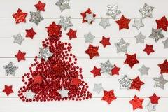 Abstraktes Hintergrundmuster der weißen Sterne auf dunkelroter Auslegung Weihnachtsbaum, weißer hölzerner Hintergrund, Sterne, Ko Stockfotos
