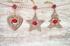 Abstraktes Hintergrundmuster der weißen Sterne auf dunkelroter Auslegung Weihnachtsdekoration auf hölzernem Hintergrund Lizenzfreie Stockfotos