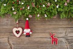 Abstraktes Hintergrundmuster der weißen Sterne auf dunkelroter Auslegung Weihnachtsdekoration mit Sankt auf hölzernem Hintergrund Lizenzfreies Stockbild