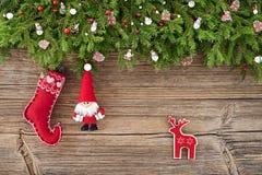 Abstraktes Hintergrundmuster der weißen Sterne auf dunkelroter Auslegung Weihnachtsdekoration mit Sankt auf hölzernem Hintergrund Stockbilder