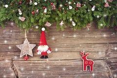 Abstraktes Hintergrundmuster der weißen Sterne auf dunkelroter Auslegung Weihnachtsdekoration mit Sankt auf hölzernem Hintergrund Lizenzfreie Stockfotos